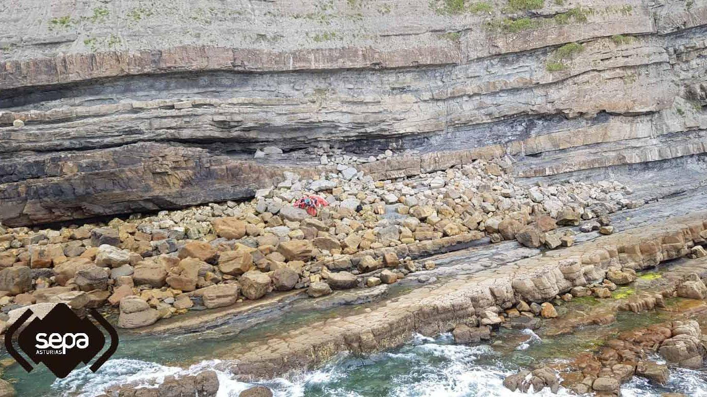 El Grupo de Rescate de Bomberos del Servicio de Emergencias del Principado de Asturias rescata el cuerpo sin vida de un parapentista en  playa España, Villaviciosa