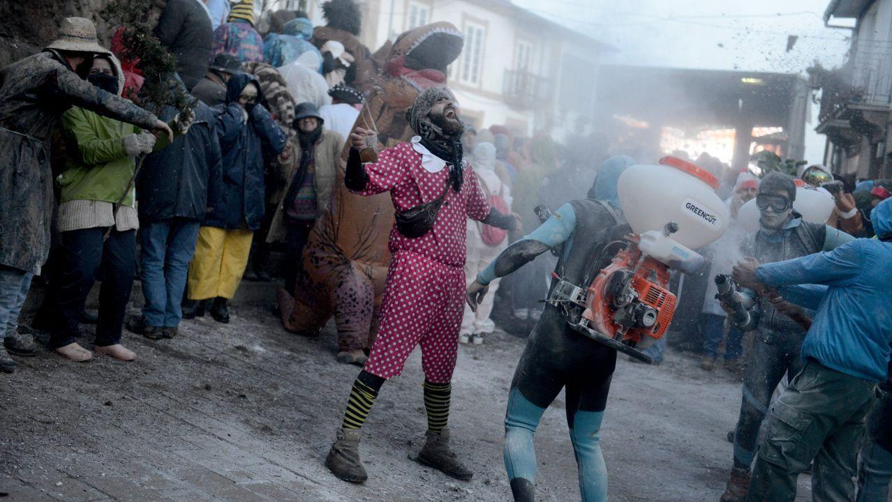 El pleno de Vigo repasa los impuestos para el 2020.Un mozo posa cun disfrace tradicional do entroido, pertencente ao libro «Encarnados»