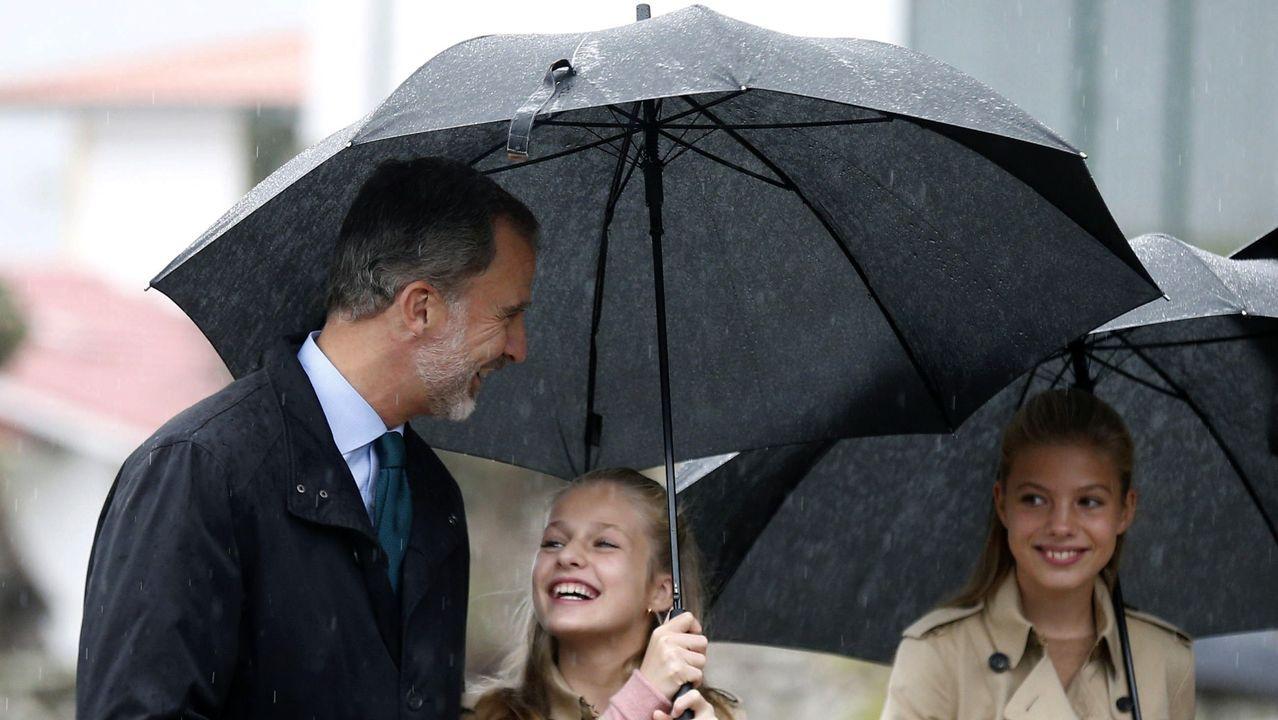 El rey Felipe VI (i), la princesa Leonor (c) y la infanta Sofía (d) sonríen durante su visita a Asiegu