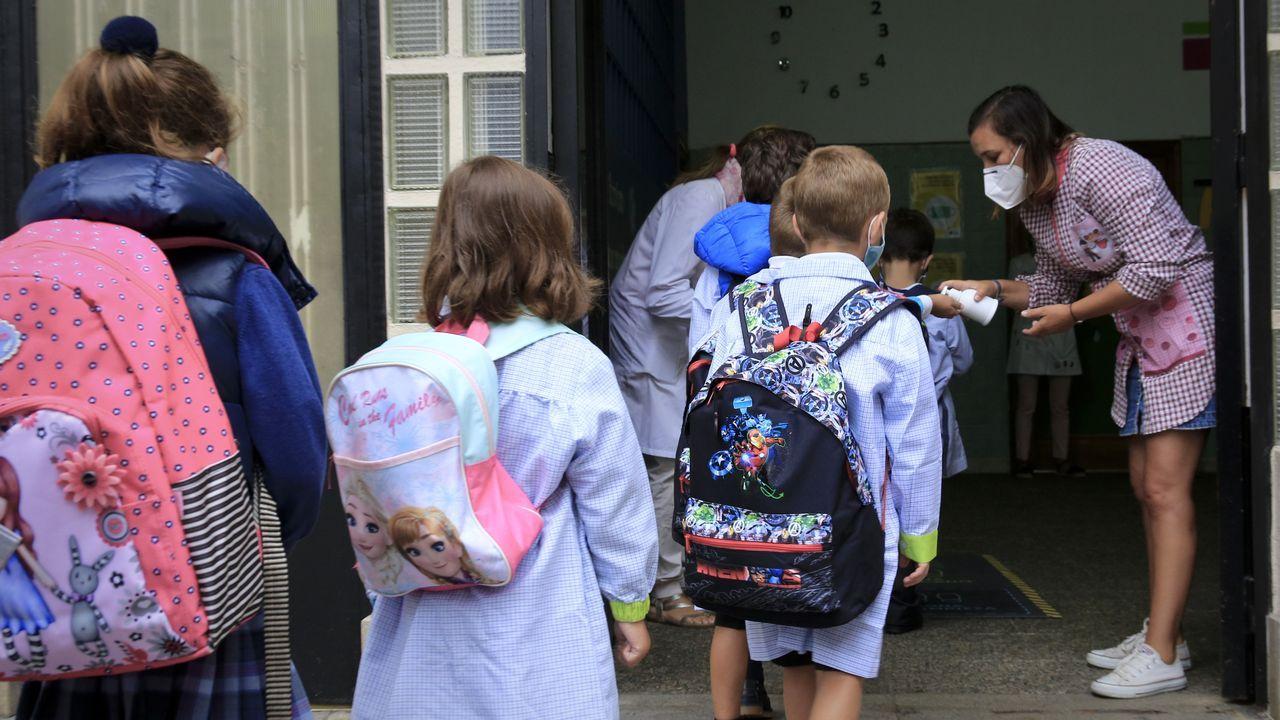 Los Reyes Magos y Papá Noel visitan la residencia de mayores de Oleiros.Regreso a las aulas en el colegio lucense San José