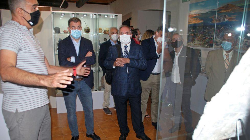 Ramón Vila, el director del museo geológico de Quiroga, explica el contenido de una de las salas durante la visita inaugural