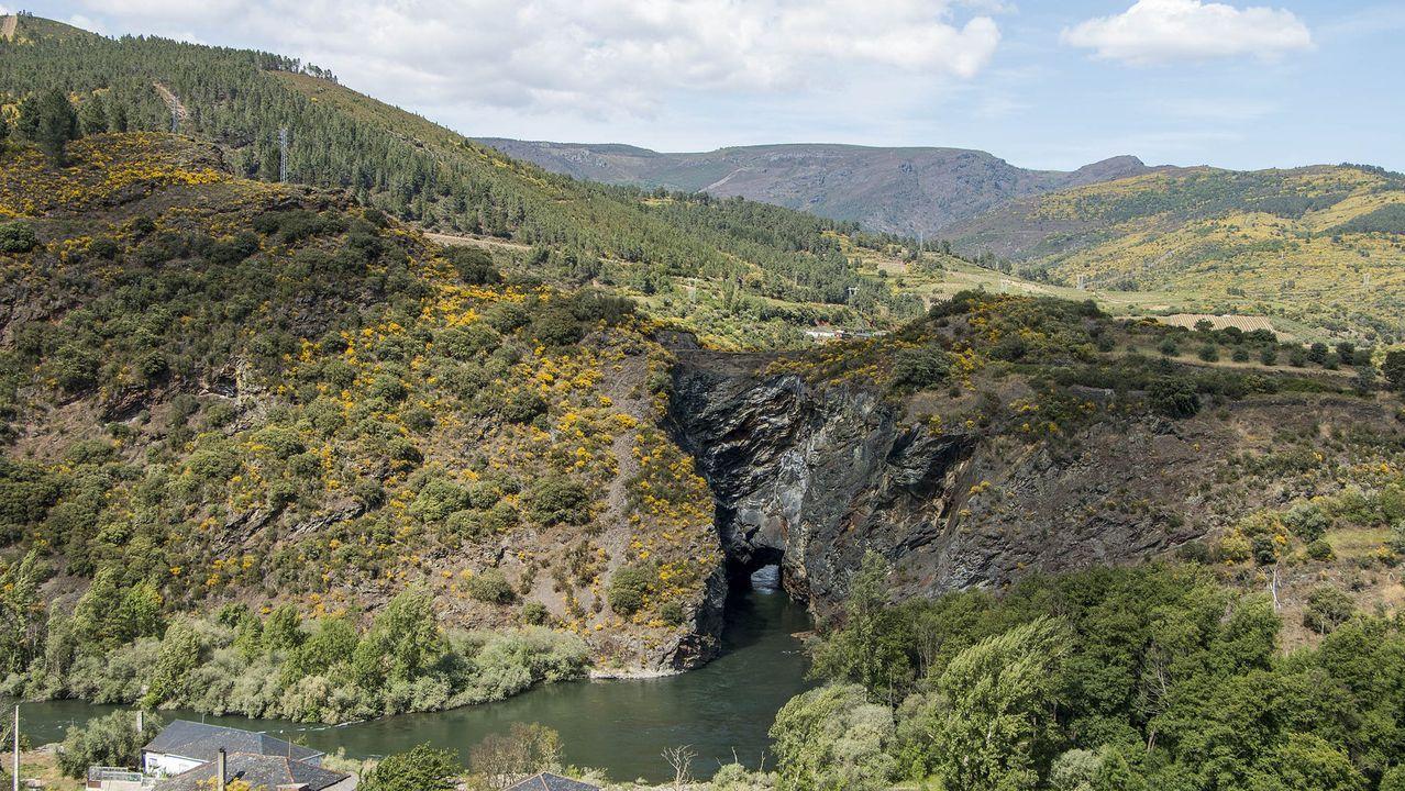Por el camino de la Poza de Xan Arteiro.El túnel minero figura entre los principales puntos de interés del geoparque Montañas do Courel