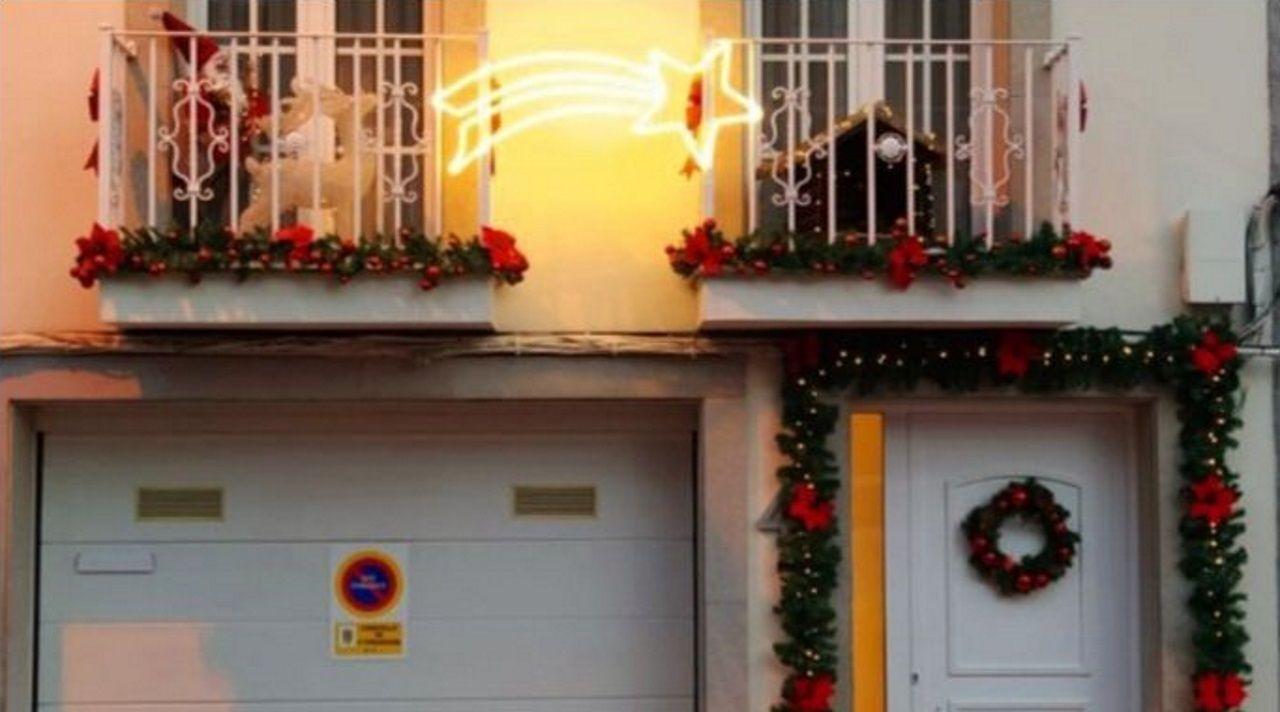 Parte de una de las fachadas que participan en el concurso de decoración del Concello de A Fonsagrada