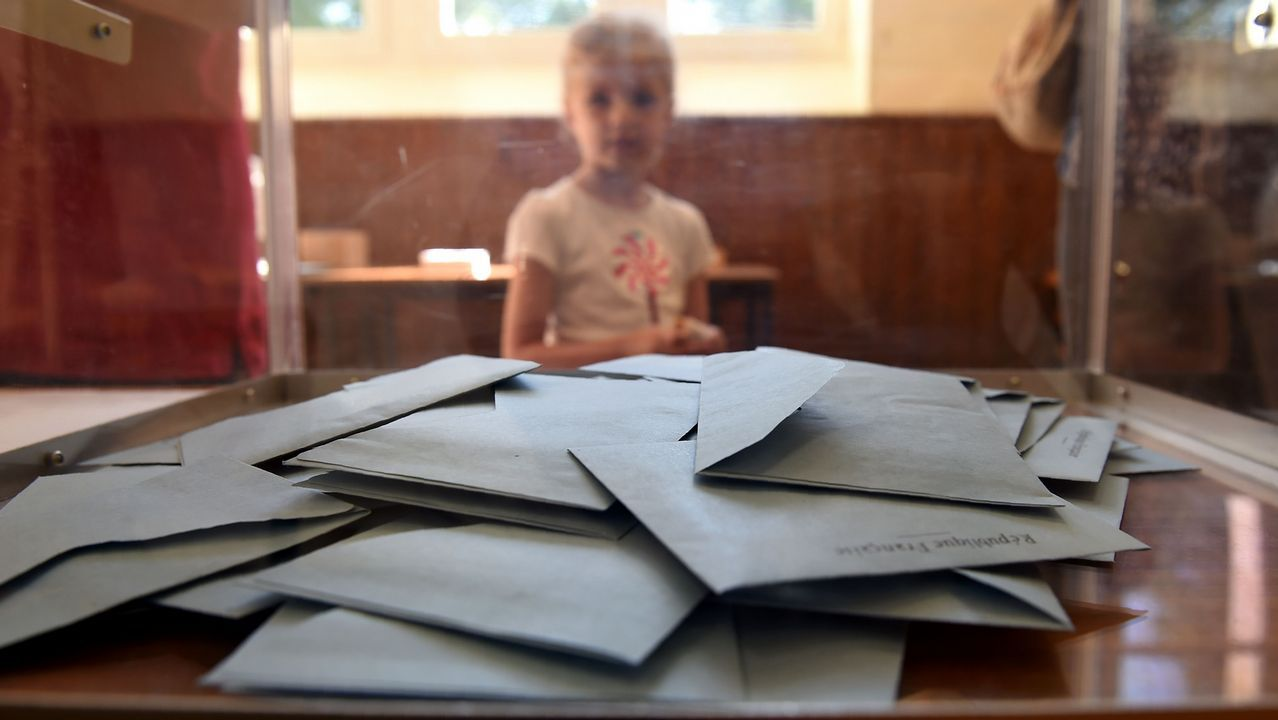 Un niño mira el interior de una urna en un colegio electoral en Authon, durante la segunda vuelta de las elecciones legislativas en Francia.