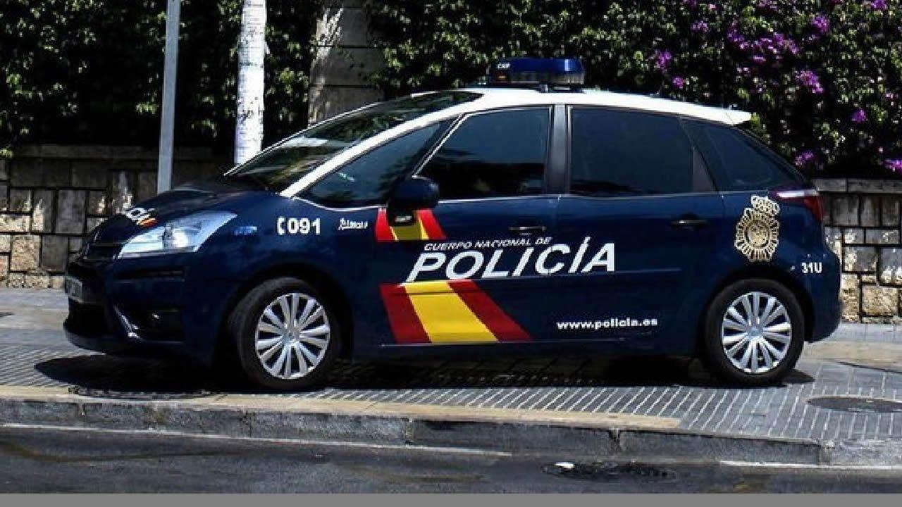 La agresión a varias mujeres a las puertas de un local coruñés.Un coche patrulla de la Policía Nacional