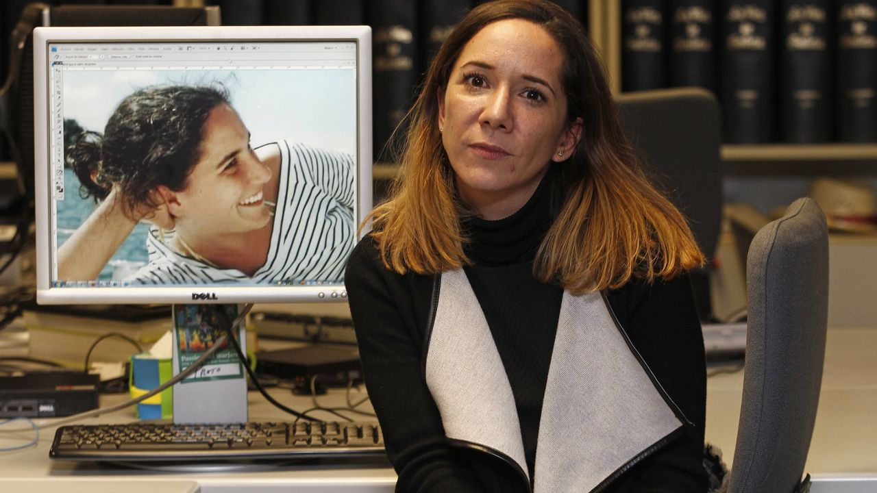 Rosa Fernández, hermana de Déborah, posa ante una foto de su hermana, desaparecida y hallada muerta hace 17 años