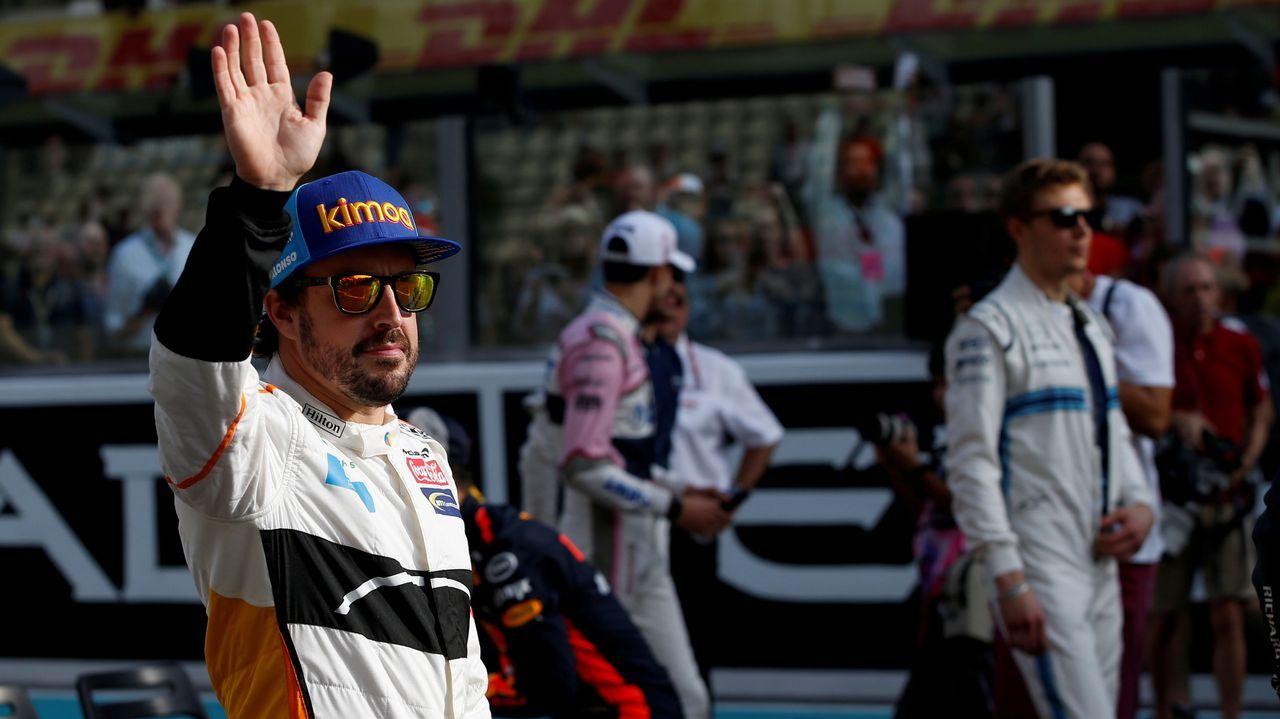 Fernando Alonso saluda al público antes de su última carrera en la Fórmula Uno