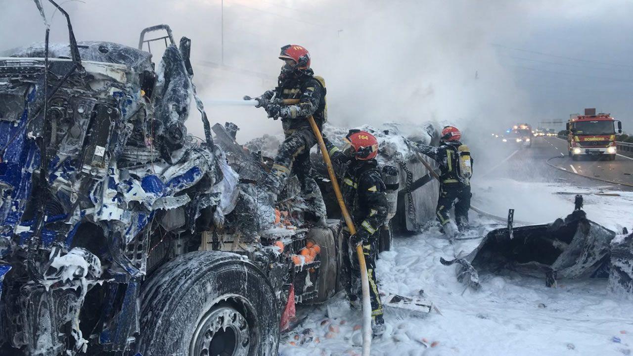 Espectacular accidente entre dos camiones en Castellón