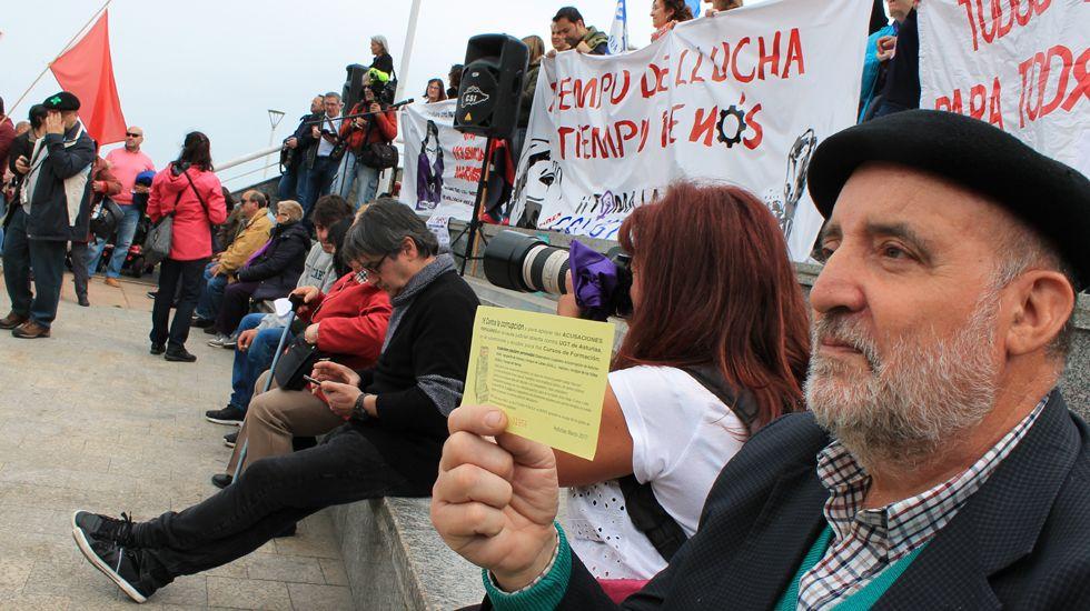 Pedro Sánchez y Pablo Iglesias rubrican el preacuerdo entre el PSOE y Unidas Podemos.Un manifestante vendiendo «lotería anticorrupción»