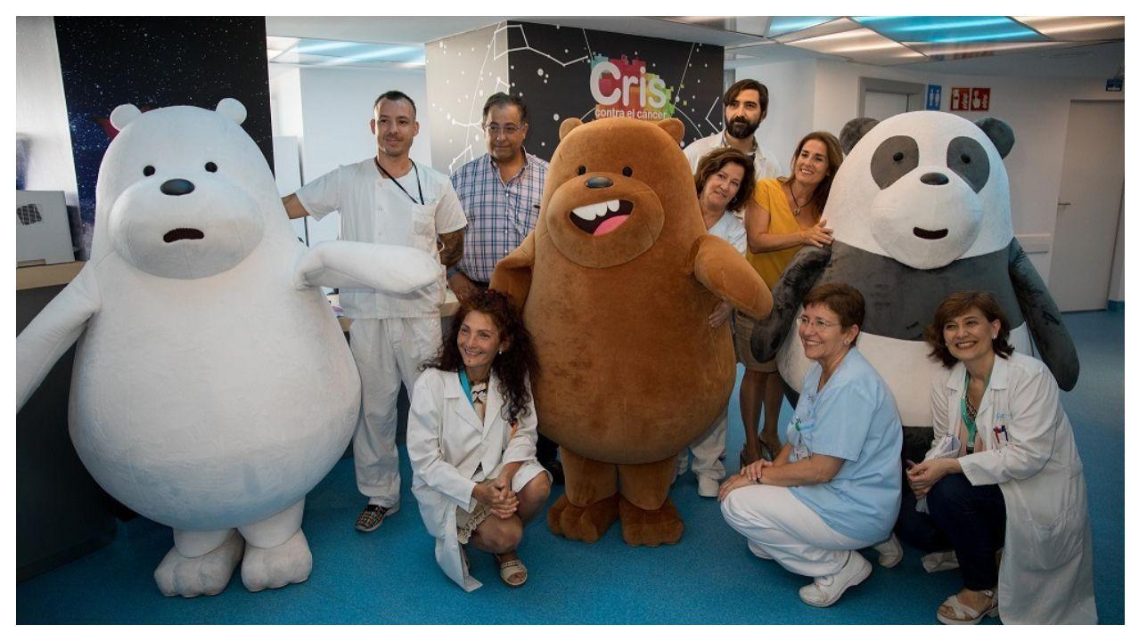Los protagonistas de la serie televisiva «Somos osos» visitan la unidad de cáncer infantil en el madrileño hospital La Paz