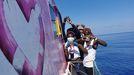 Migrantes rescatados en el Mediterráneo por la embarcación Louise Michel, financiada por el artista Banksy