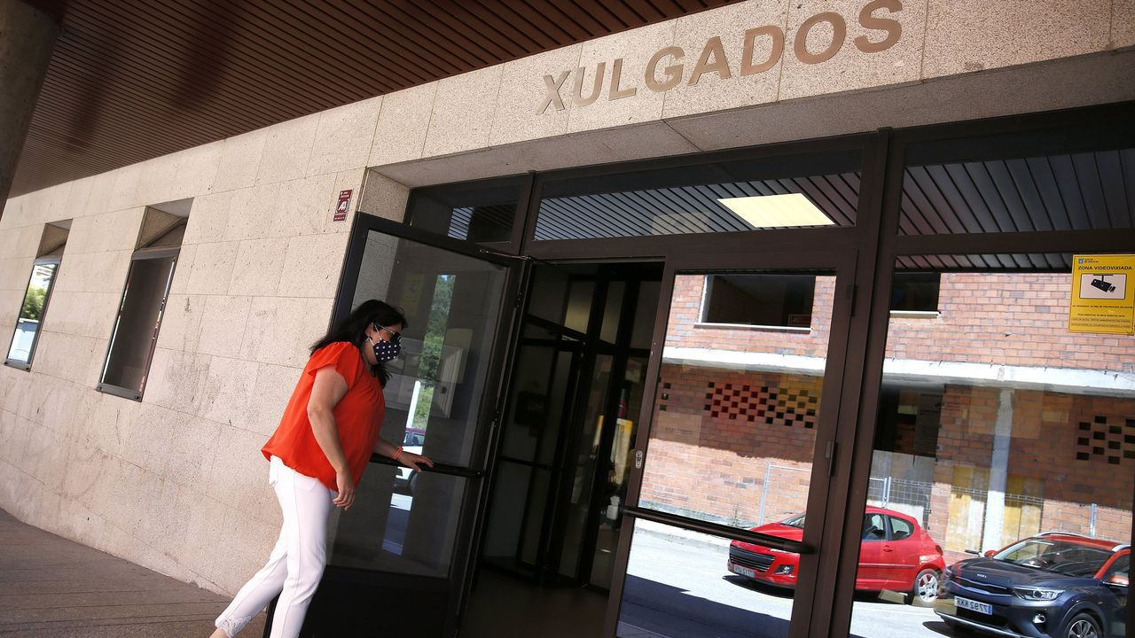 Sitios curiosospara alojarse en Barbanza.Bikini de cuadros colocado del revés de la marca gallega Nécora
