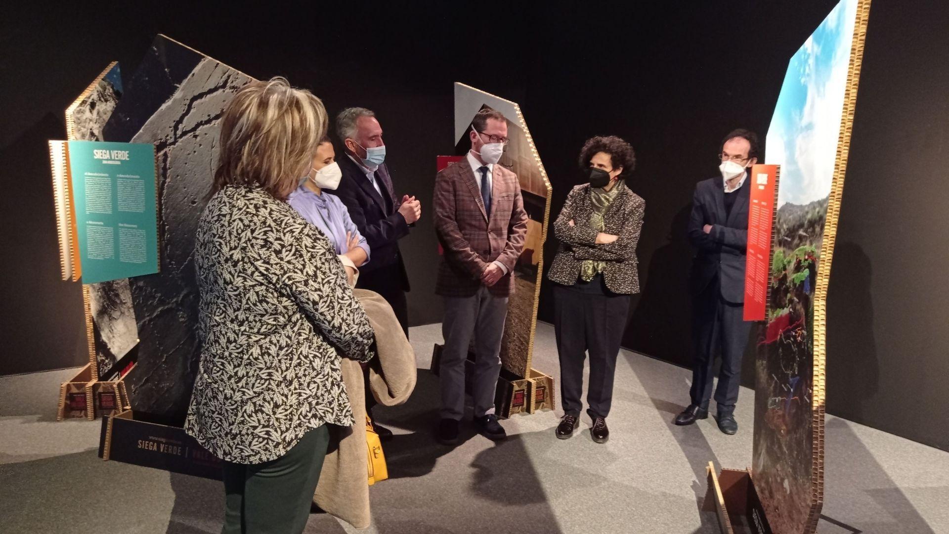 guardia civil asturias.La consejera de Cultura del Principado, Berta Piñán, segunda por la derecha, durante la presentación del décimo aniversario del centro de Arte Rupestre Tito Bustillo