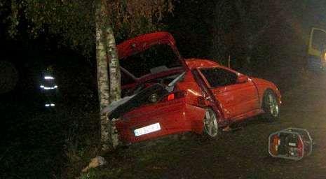 El conductor del accidente de Ordes dio positivo en alcohol.El Alfa Romeo en el que viajaban los jóvenes quedó en esta posición tras chocar con el lado derecho contra un árbol.