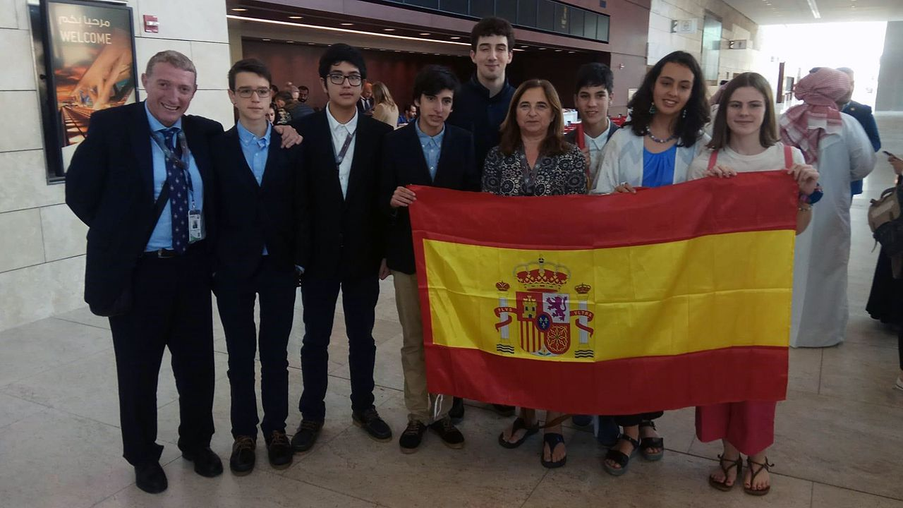 La alumna del IES Aramo de Oviedo María Lucía Aparicio García, con el resto de la delegación española que acudió a la olimpiada científica en Qatar