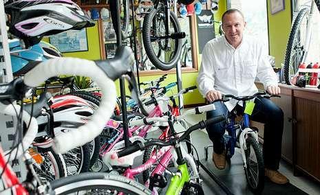 Blanco Villar, que actualmente dirige al Aluminios Cortizo, posa para La Voz rodeado de bicicletas en su tienda de Padrón.