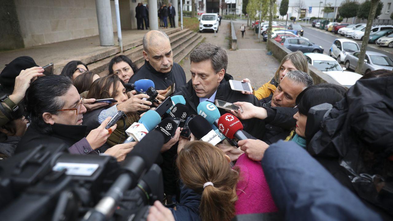 Juan Carlos Quer atendiendo a los medios de comunicación