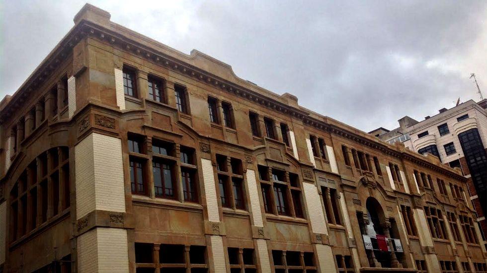 Un peculiar acto para reivindicar elferrocarril públicoen Asturias.Edificio de la antigua Escuela de Comercio de Gijón