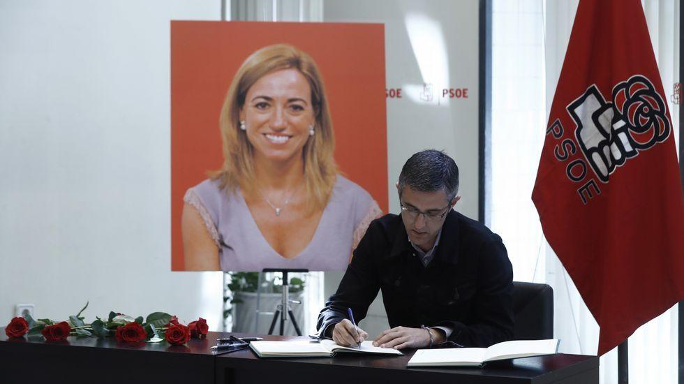 El socialista Eduardo Madina firma en el libro de condolencias.
