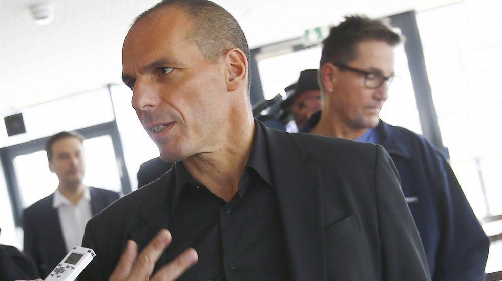 «Vía V» Entrevista a Alberto Garzón.El ministro de finanzas griego, Yanis Varoufakis, a su llegada a la reunión con los responsables del BCE.