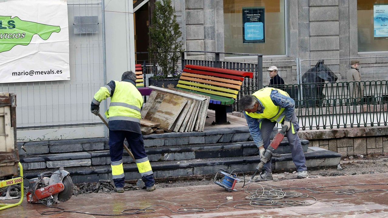 El Ayuntamiento de Oviedol retiró los bancos arcoíris de la plaza de la Escandalera