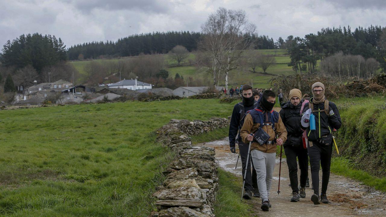 Peregrinos caminando en el entorno de la aldea de A Parrocha