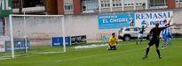 Salinas celebra el tanto del gol mientras el portero del Avilés se lamenta arrodillado sobre el terreno de juego.