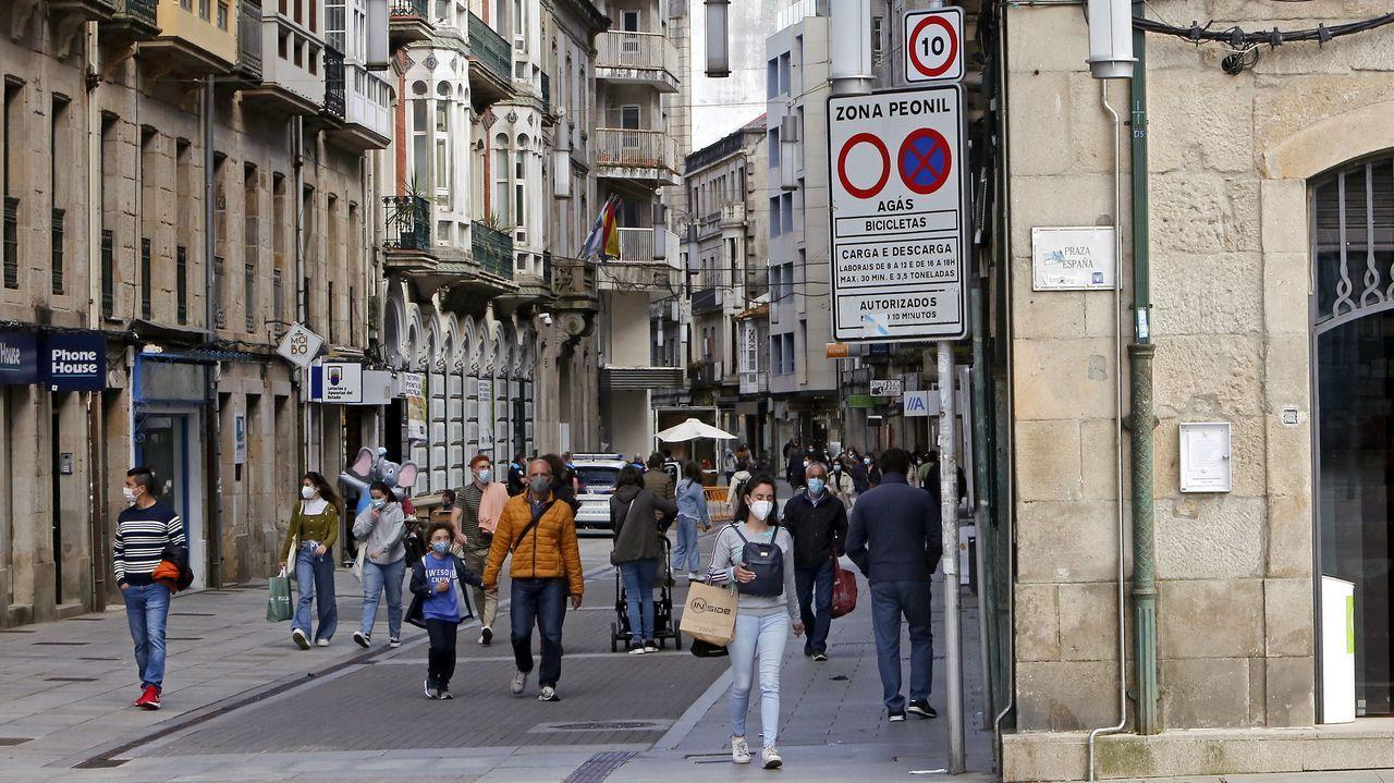 Descubrimos los secretos del convento de clausura de Santa Clara cerrado desde 2017.Calle con plataforma única en Pontevedra, con la velocidad limitada a 10 kilómetros por hora
