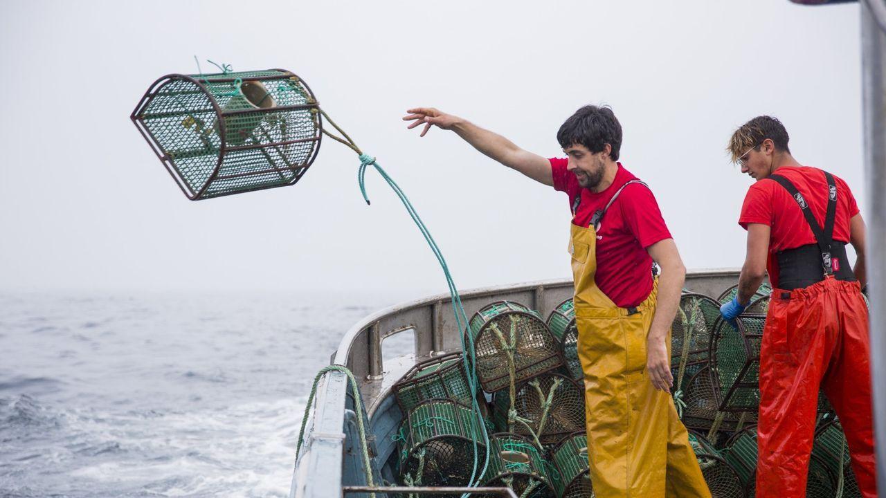 Marineros de Malpica lanzando al mar las nasas del pulpo, en una imagen de archivo