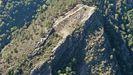 El antiguo asentamiento fortificado se encuentra en la parte superior de un promontorio rocoso, cerca de la aldea abandonada de As Caselas. La vista aérea permite apreciar el desbroce que se llevó a cabo a finales del pasado junio en el recinto