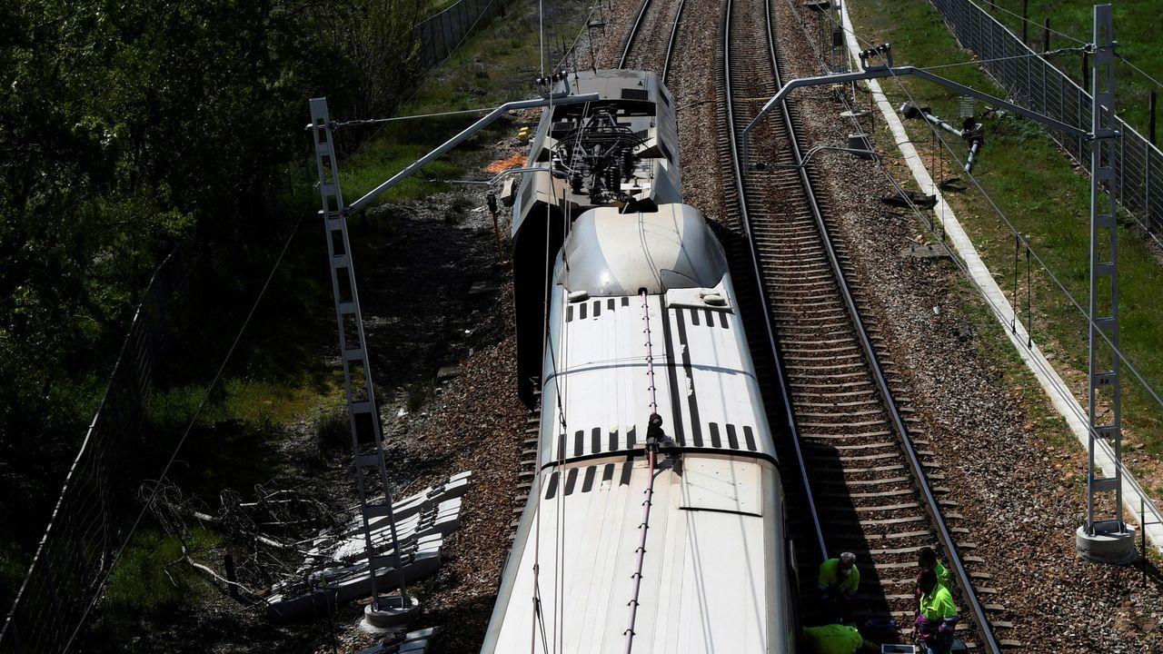 Vista del tren Alvia con destino Asturias tras descarrilar en León