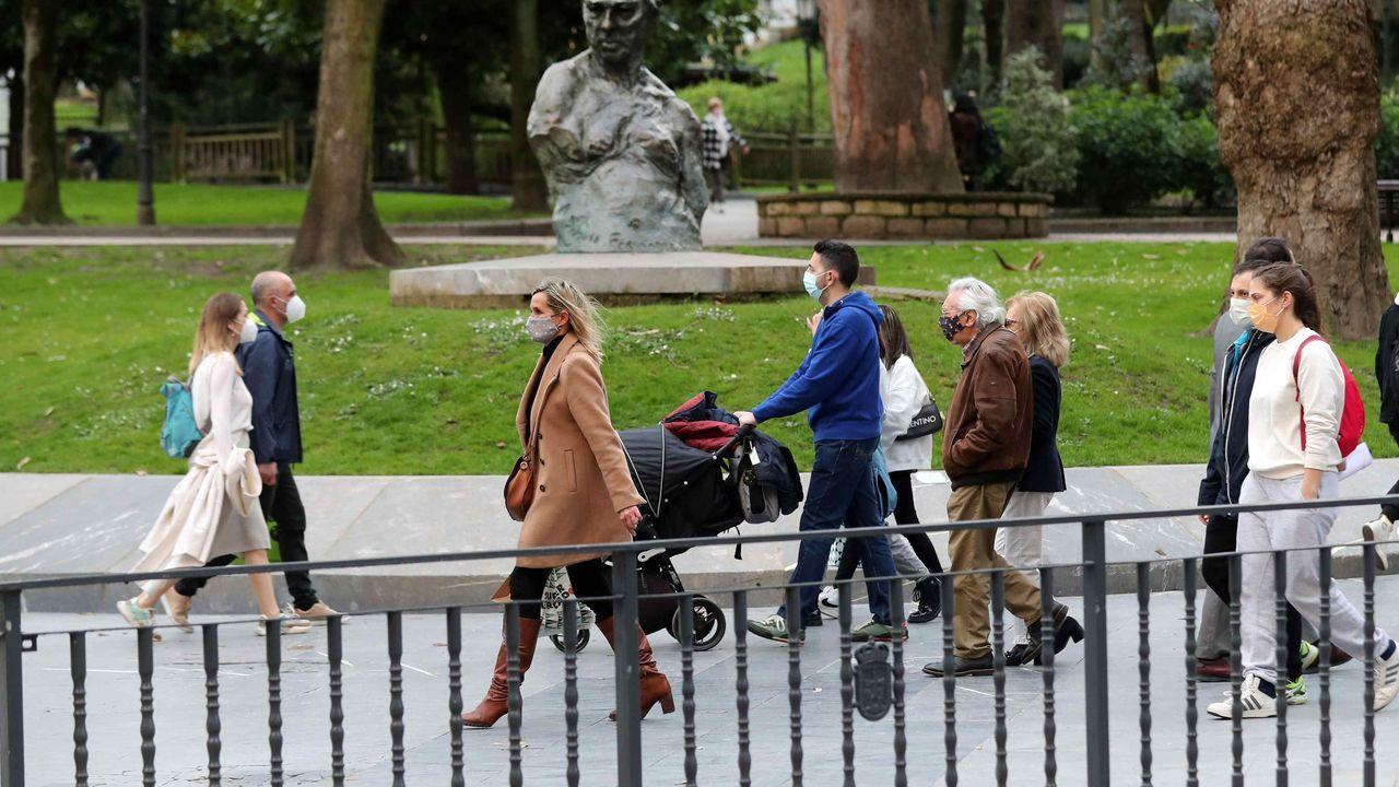 Varias personas pasean por Oviedo