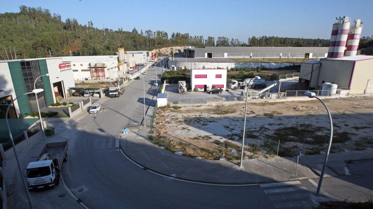 El tren del puerto a su paso por Vilagarcía.Castro tiene 8 concejales de 13