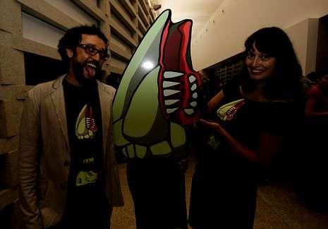 Los organizadores del Festival de Cinema Fantástico, Tonecho Otero y María Núñez, posan con el percebe mutante.