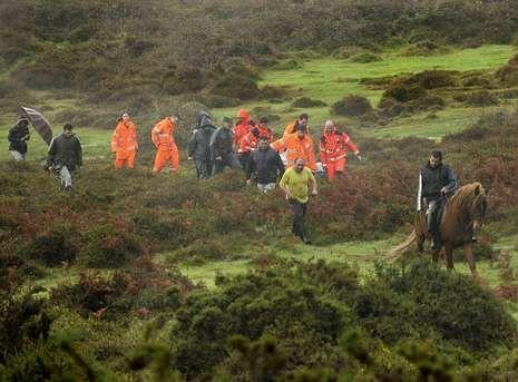 Dispositivo de búsqueda en el río Umia.González, a caballo, localizó el cuerpo sin vida de Aida Salgado, que fue bajado del monte en camilla.