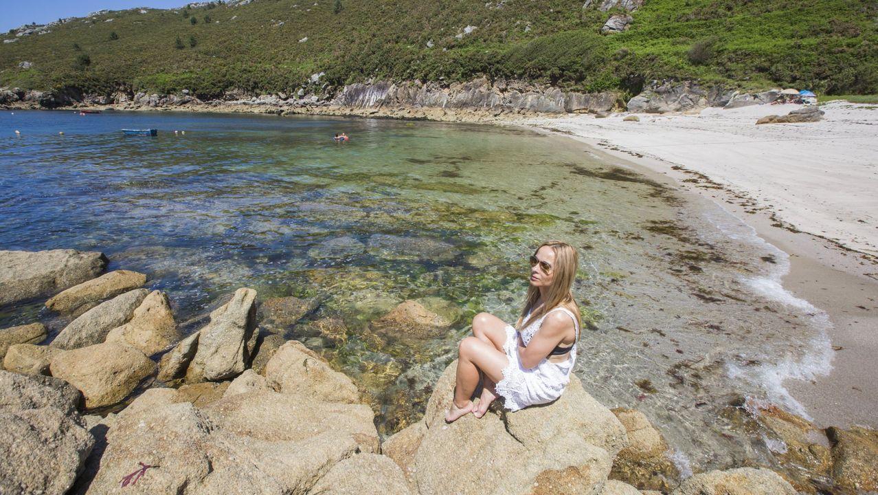 Playa de A Barda. CORME (PONTECESO). Muy próxima a O Roncudo se encuentra este lugar solitario e ideal para pasar una jornada tranquila en contacto con la naturaleza. Rodeada de grandes acantilados, es la imagen idílica que nos deja A Costa da Morte