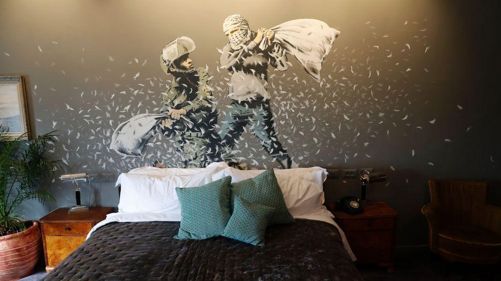 El hotel de Banksy con vistas al muro de Cisjordania.Ángel Alonso y Miguel Ángel San Miguel, que muestra la tarjeta contra la Selección israelí