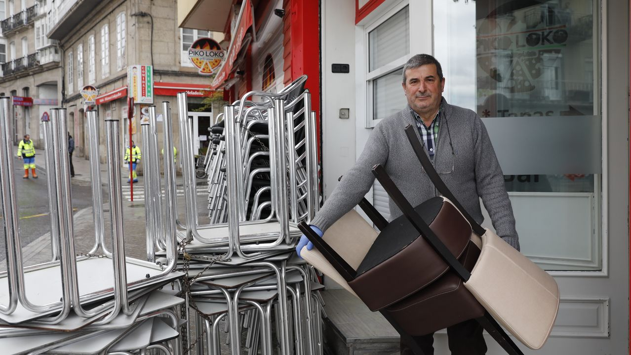 Policía Local, Policía Nacional y Protección Civil de Vigo dan ánimos a los trabajadores de Povisa..Manuel Gómez, propietario del Piko Loko, en A Ponte y que cerrara la zona de restaurante de su negocio