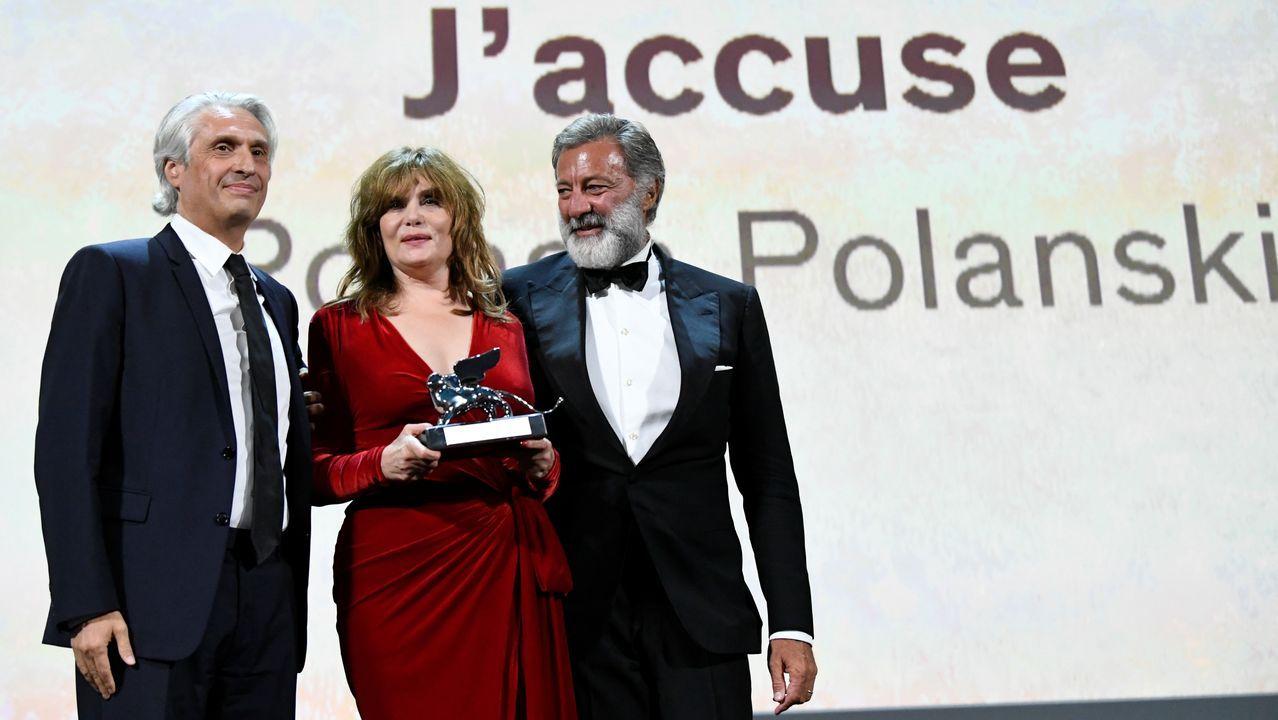 La actriz Emmanuelle Seigner, esposa de Polanski, recoge, junto a los productores Luca Barbareschi y Alain Goldman, el León de Plata