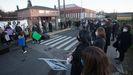 Una de las protestas de los padres y alumnos frente al colegio de Baamonde