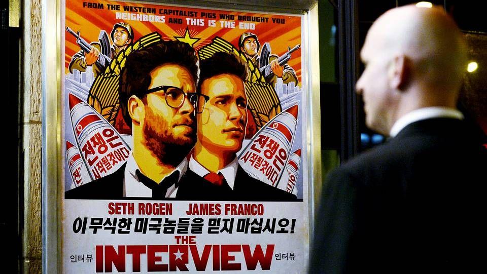 El dictador norcoreano, Kim Jong-un, jaleado por sus tropas durante una inspección a una batería costera.