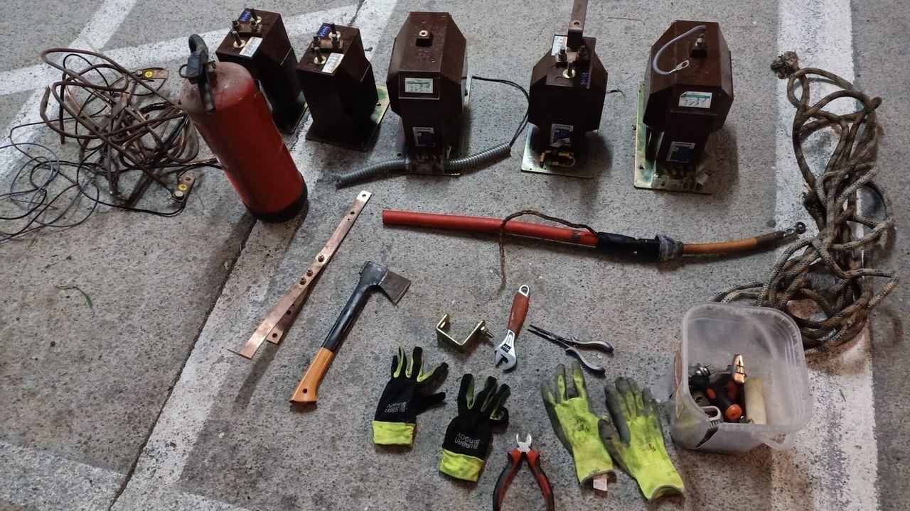 Material eléctrico procedente de un robo que fue descubierto por la Guardia Civil en un vehículo en el que se detuvo a tres personas
