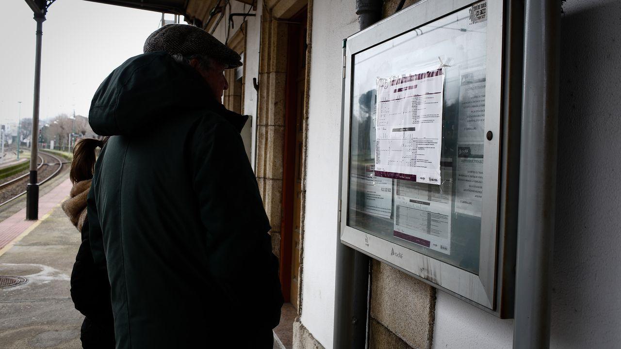 Estacion de Ribadavia, que clausurará oficialmente la venta de billetes que no funciona hace meses