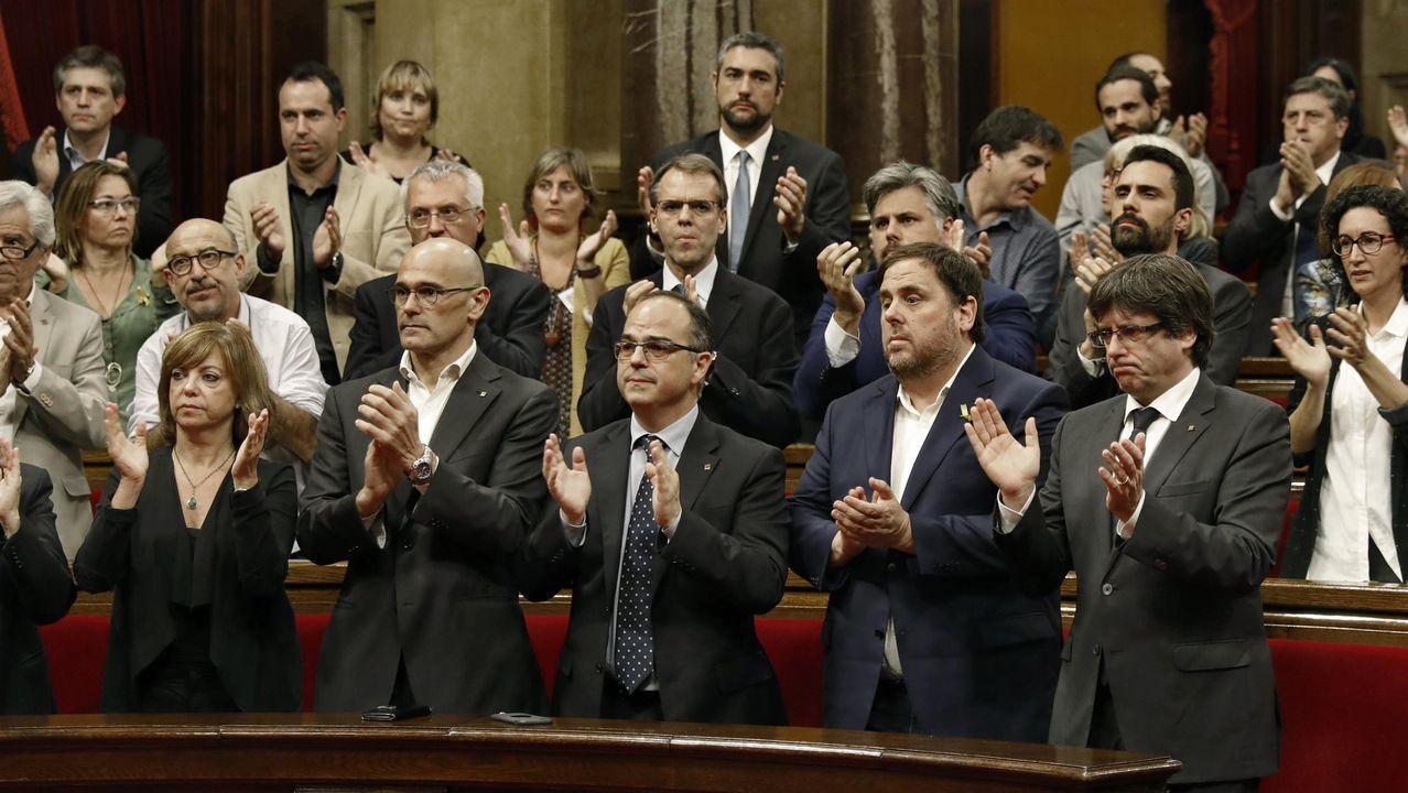 Los entonces presidente Carles Puigdemont, el vicepresidente Junqueras y el resto del Gobierno catalán aplauden durante un pleno en el Parlamento catalán celebrado en respuesta a la aplicación del artículo 155 de la Constitución, a finales de octubre del 2017