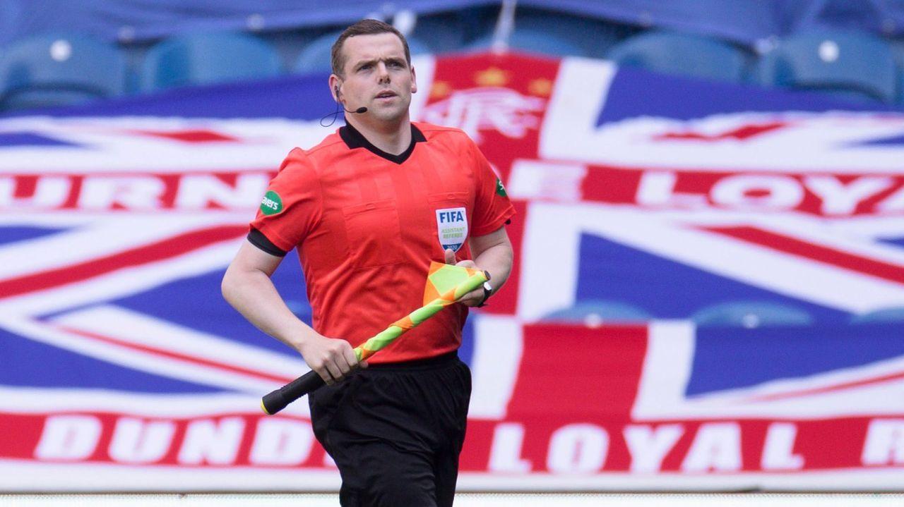 Douglas Ross, ejerciendo de juez de línea en un partido de la liga escocesa entre el Rangers y el St. Mirren