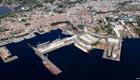 Vista aérea de las instalaciones de Navantia en Ferrol; a la derecha de la imagen se aprecia uno de los diques secos.