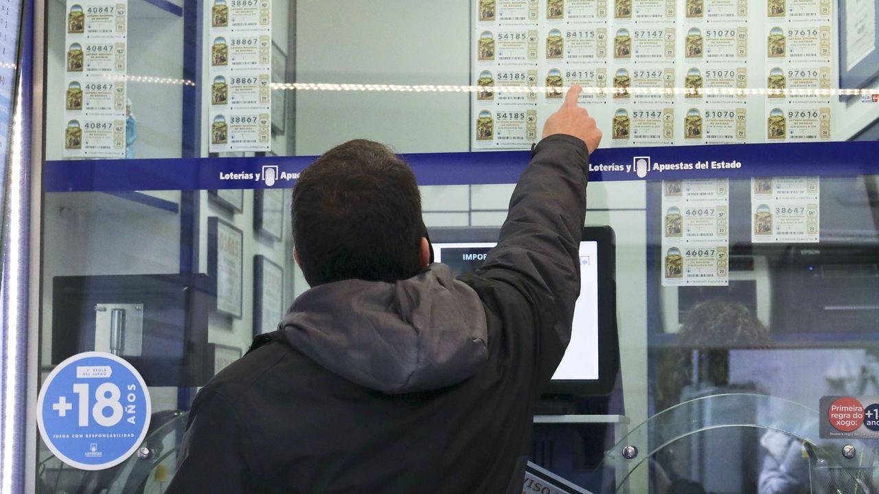 Entrega de diplomas en Outeiro de Rei.Venta de lotería en una administración de Santiago el pasado mes de diciembre