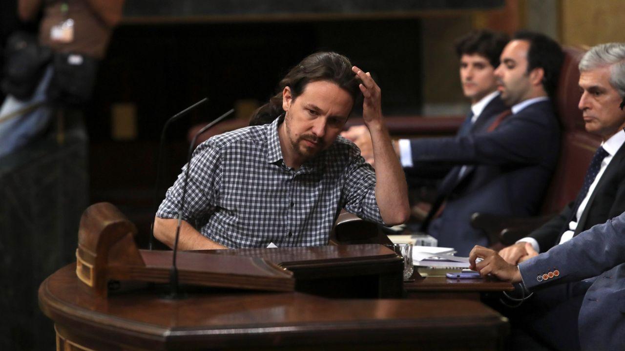 Pablo Iglesias sube a la tribuna durante el debate de investidura