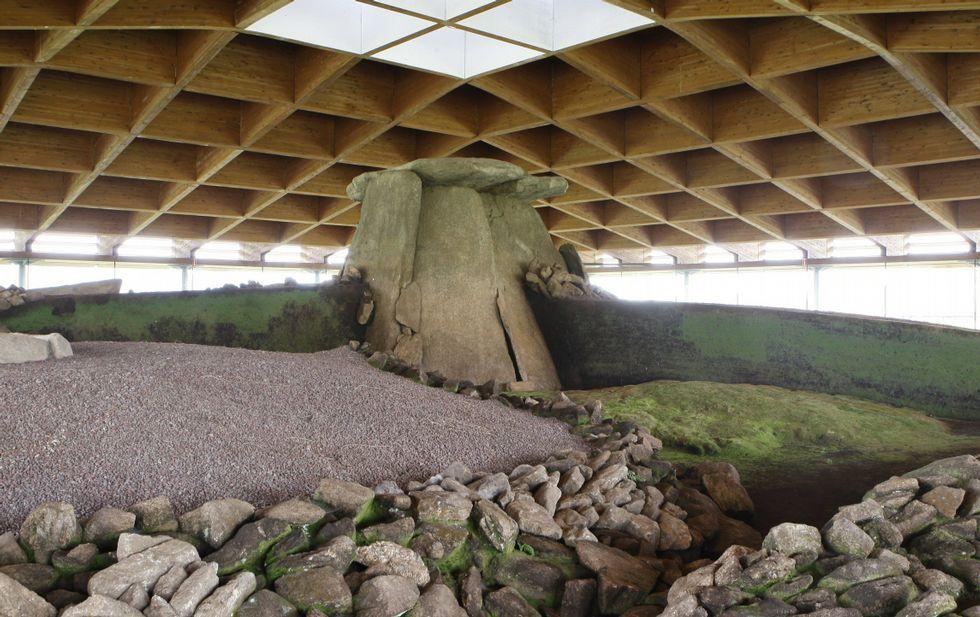El dolmen de Dombate está protegido por una cubierta de madera.