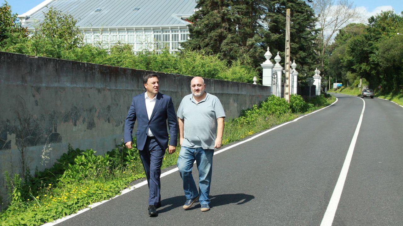 El presidente de la Diputación y el alcalde de Ares, en la vía donde se habilitará una senda peatonal